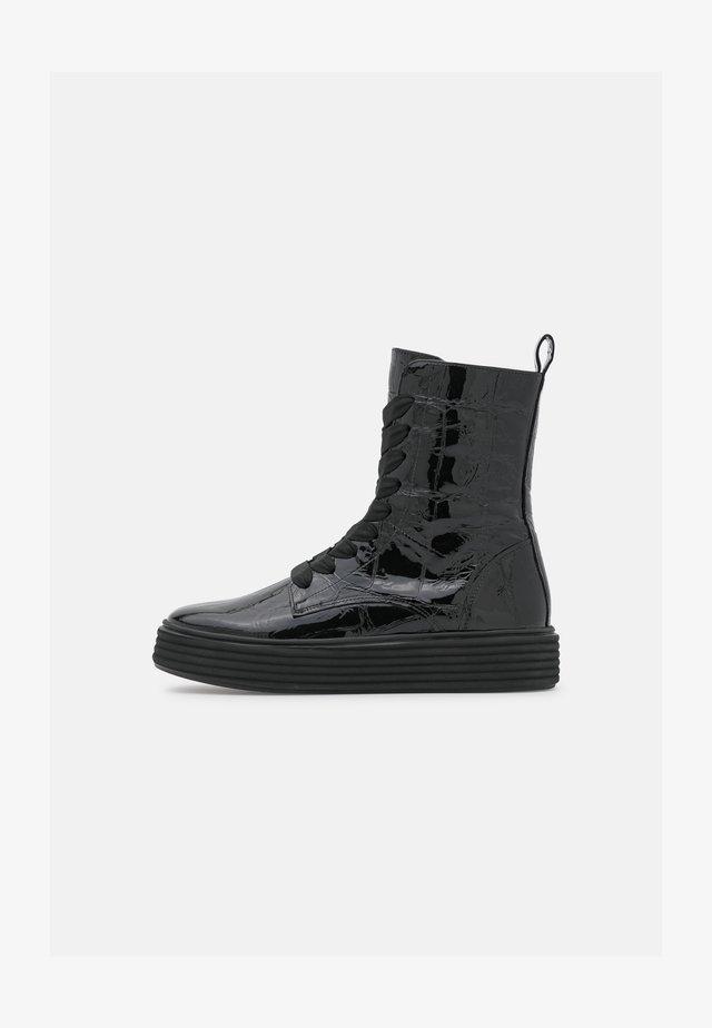 Kotníkové boty na platformě - giant