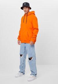 Bershka - MIT RISSEN - Jeans Straight Leg - blue denim - 1