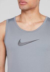 Nike Performance - CROSSOVER - Tekninen urheilupaita - grey - 5