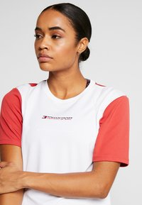Tommy Sport - BOXY SHORT SLEEVE - Camiseta estampada - red - 3