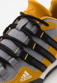 adidas Performance - TERREX SWIFT SOLO - Bergschoenen - grey three/core black/legend gold - 5