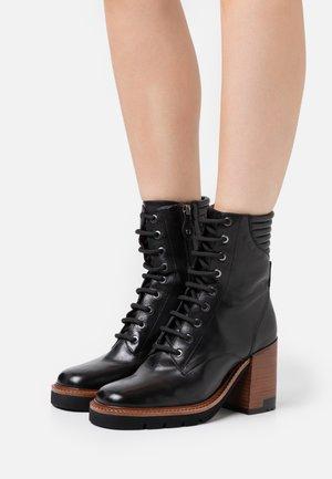 Šněrovací kotníkové boty - malaga nero