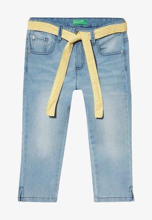 TROUSERS BELT - Shorts vaqueros - light blue denim