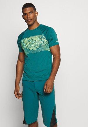 MAORITZ TEE MENS - Print T-shirt - pacific/sharp green