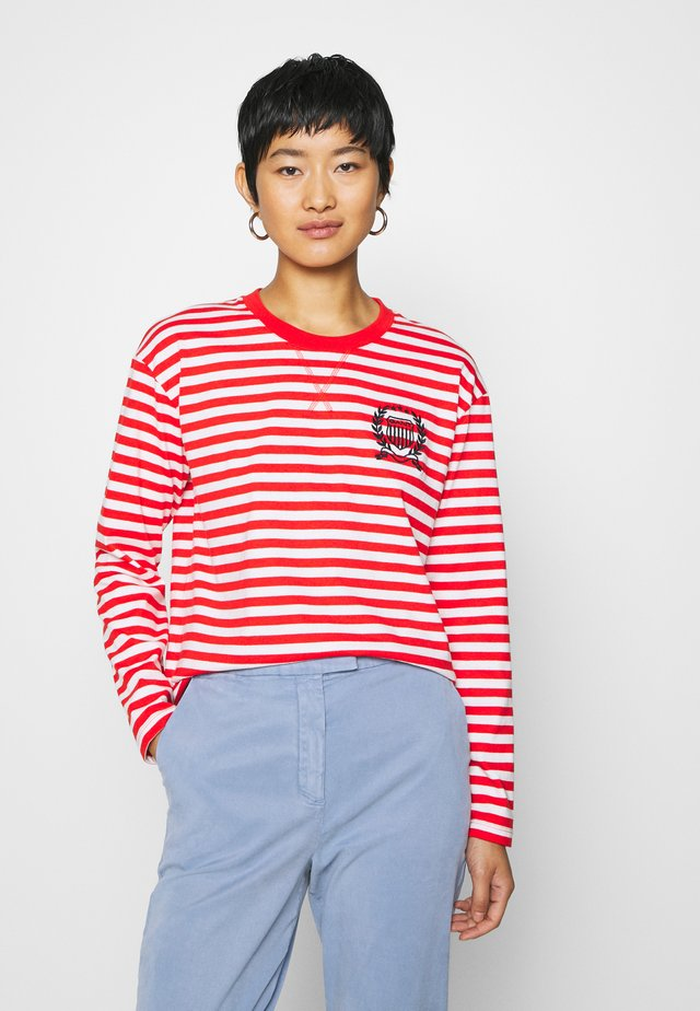 CREST STRIPED TEE - Camiseta de manga larga - lava red