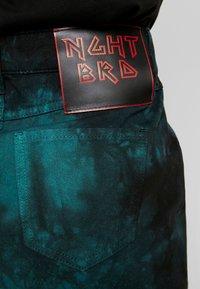 NGHTBRD - TIE DYE - Denimová sukně - electric green - 4
