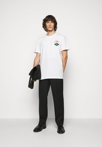 Henrik Vibskov - MAN IN BATHROOM TEE - T-Shirt print - white / multi-coloured - 1