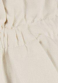 Bershka - PAPERBAG-HOSE  - Kalhoty - white - 5