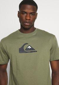 Quiksilver - COMP LOGO - Print T-shirt - four leaf clover - 4