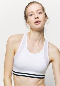 Even&Odd active - Brassières de sport à maintien léger - white - 3