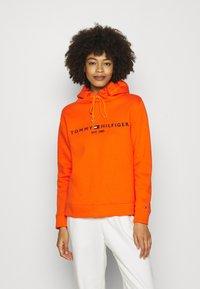 Tommy Hilfiger - HOODIE - Sweatshirt - princeton orange - 0