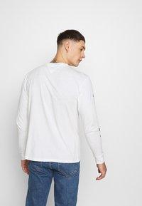 Tommy Jeans - LONGSLEEVE SCRIPT BOX TEE - Long sleeved top - white - 2