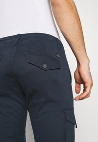 Jack & Jones - JJIPAUL JJFLAKE  - Pantaloni cargo - navy blazer - 4