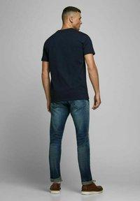 Royal Denim Division by Jack & Jones - JJ-RDD CREW NECK - T-shirt basic - navy blazer 2 - 2
