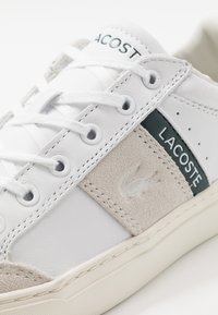 Lacoste - COURTLINE - Sneakers laag - white/dark green - 5