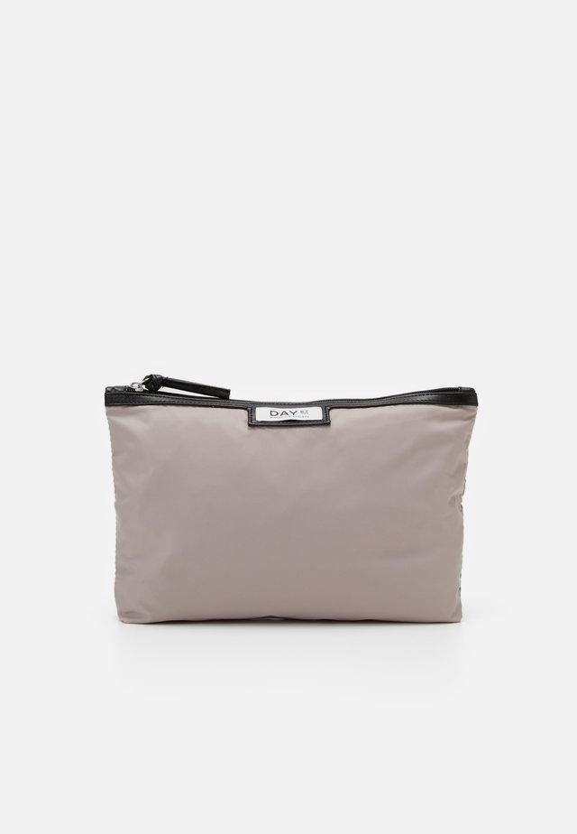 GWENETH SMALL - Kosmetická taška - cloud grey