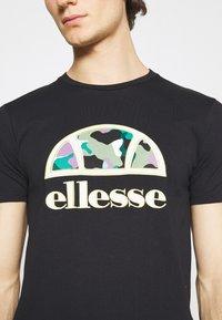 Ellesse - HEBBER - T-shirt z nadrukiem - black - 5