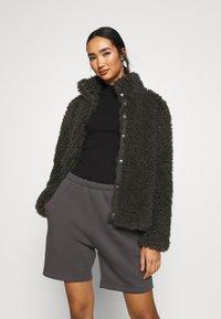 Vero Moda - VMBARRYTIFFANY  SHORT JACKET - Winter jacket - peat - 0