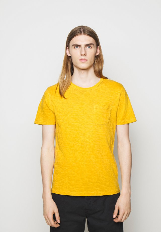 WILD ONES POCKET - T-shirts - yellow