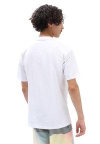 Vans - MN CLASSIC EASY BOX - T-shirt print - white/high risk red - 1