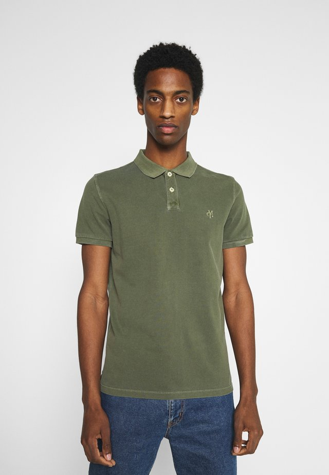 SHORT SLEEVE BUTTON PLACKET - Polo - dried herb