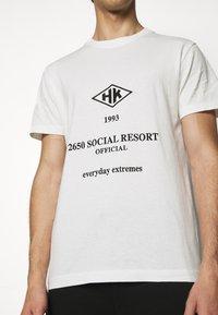 Han Kjøbenhavn - ARTWORK TEE - Print T-shirt - white/black - 5