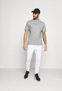Nike Sportswear - T-shirt z nadrukiem - grey/heather - 1