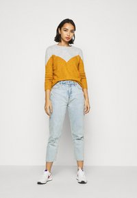 Vero Moda Petite - VMPLAZA BLOUSE - Jumper - light grey melange/buckthorn bro - 1