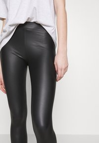 New Look - WET LOOK  - Leggings - Trousers - black - 3
