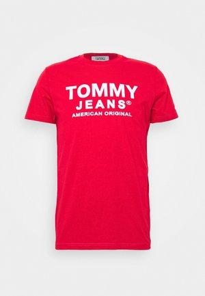 TJM ESSENTIAL FRONT LOGO TEE - Print T-shirt - deep crimson