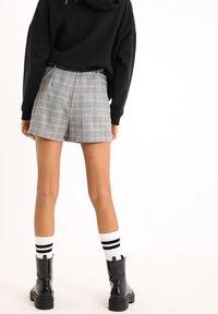 Pimkie - KARIERTER - Shorts - beige - 2