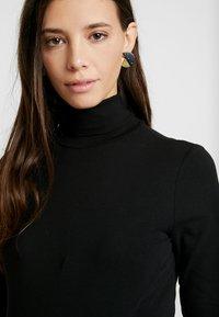 Anna Field MAMA - Langærmede T-shirts - black - 3