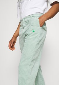 Vintage Supply - RELAXED TROUSER WITH YIN YANG EMBROIDERY UNISEX - Trousers - green - 3