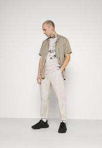 AMICCI - AVELLINO - Print T-shirt - sand - 1