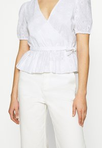 NA-KD - EMBROIDERED OVERLAP BLOUSE - Bluser - white - 5