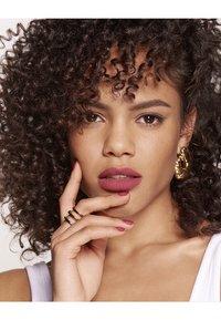 L'Oréal Paris - COLOR RICHE ULTRA MATTE FREE THE NUDES - Rouge à lèvres - 08 no lies - 2
