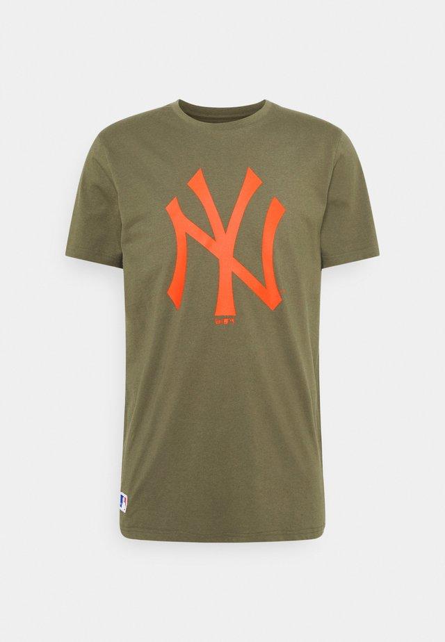 NEW YORK YANKEES MLB SEASONAL TEAM LOGO TEE - Article de supporter - mottled olive