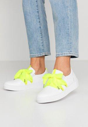 Sneakers - weiß/neongelb