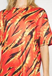 Missguided - FESTIVAL EXCLUSIVE FLAME PRINT DRESS - Žerzejové šaty - red - 5