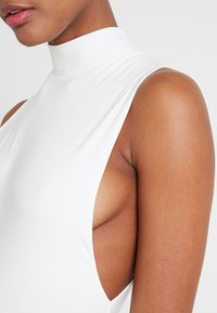 Club L London - LOW SIDE HIGH NECK BODY - Topper - white - 4
