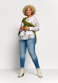 ONLY Carmakoma - CARMAYA SHAPE - Jeans Skinny Fit - light blue denim - 1