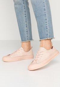 Carmela - Sneakers laag - nude - 0