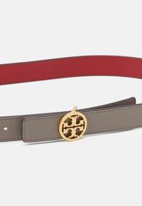 Tory Burch - REVERSIBLE LOGO BELT - Belt - gray heron/red apple - 4