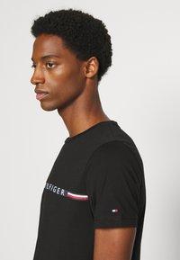 Tommy Hilfiger - MINI STRIPE - T-shirt z nadrukiem - black - 4