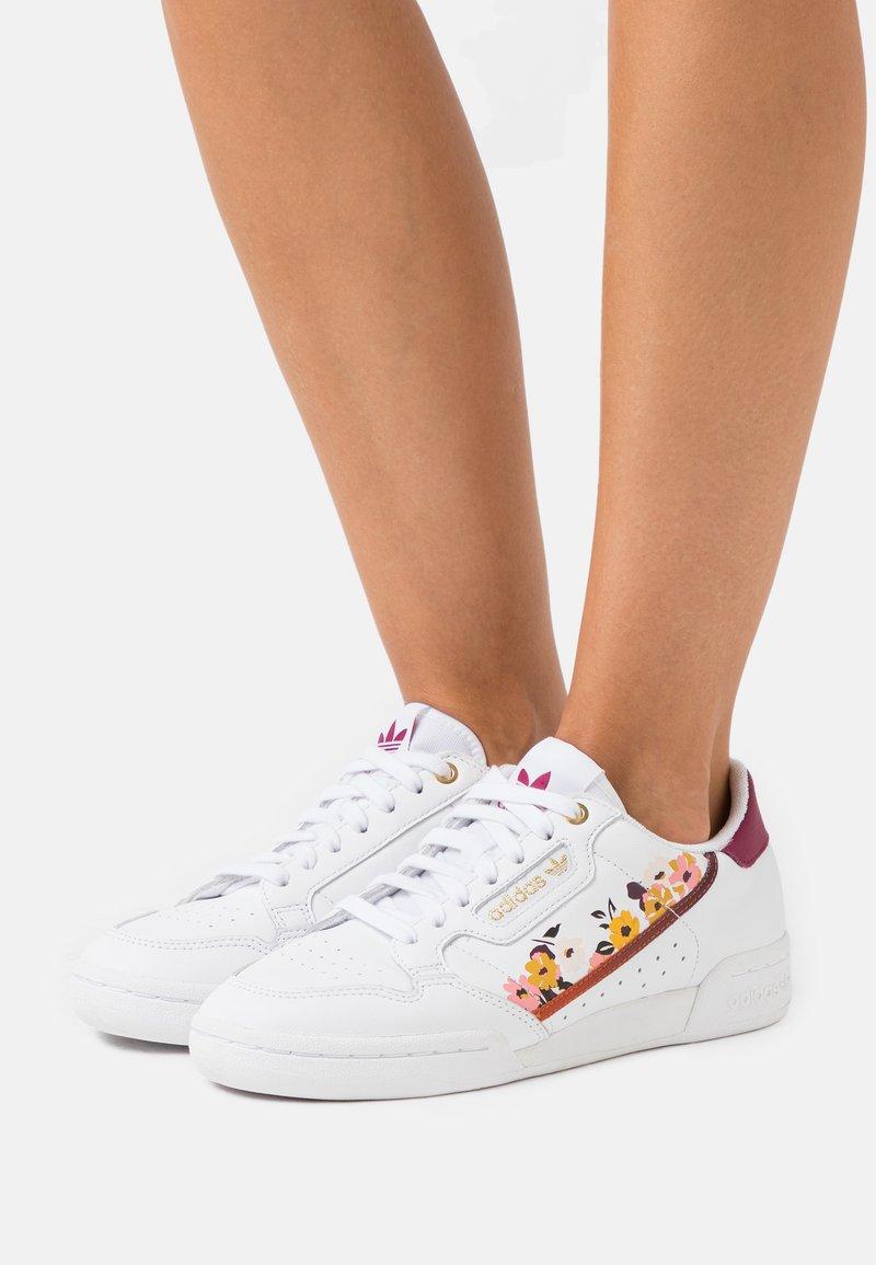adidas Originals - CONTINENTAL 80 - Baskets basses - footwear white/power berry/gold metallic