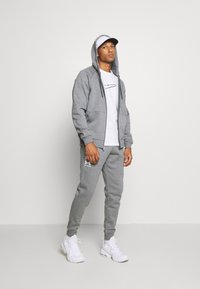 Under Armour - RIVAL  - veste en sweat zippée - pitch gray light heather/onyx white - 1