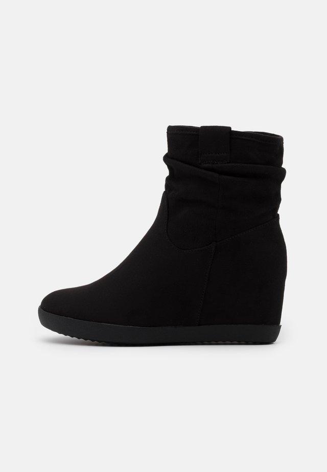 HAWAI - Støvletter m/ kilehæl - black