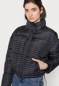 Missguided Tall - ALL OVER SMALL BRANDED PUFFER - Winter jacket - black - 3