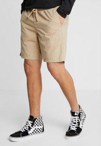 Vans - MN RANGE SHORT 18 - Shorts - khaki - 0