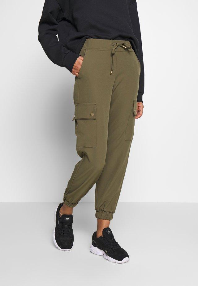 ONLGLOWING CARGO PANTS - Pantalones cargo - kalamata